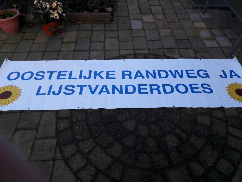 Lijst Van der Does hangt spandoek voor Oostelijke Randweg op
